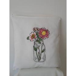 Cuscino ricamato con vaso di fiori