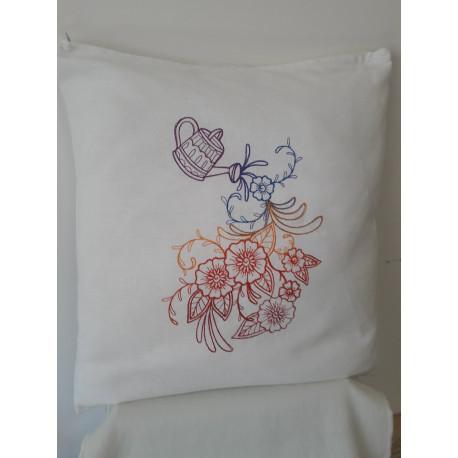 Cuscino ricamato con annaffiatoio e fiori